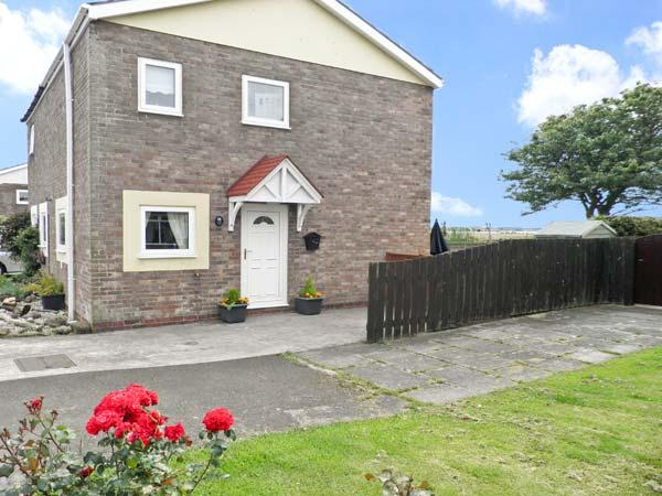SUNSET COTTAGE, pet friendly, with a garden in Beadnell, Ref 4519 - Image 1 - Beadnell - rentals