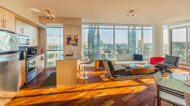 Living Room with stunning panoramic City and Lake views - New Central Toronto Condo, Great City & Lake Views - Toronto - rentals