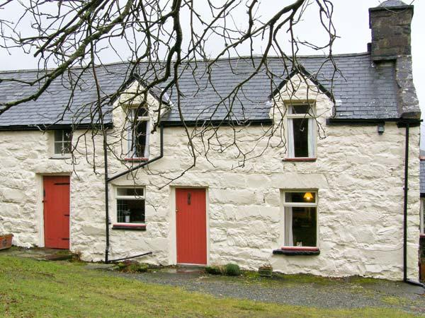 GEFNIR ISAF, family friendly, character holiday cottage, with open fire in Arthog, Ref 4515 - Image 1 - Arthog - rentals