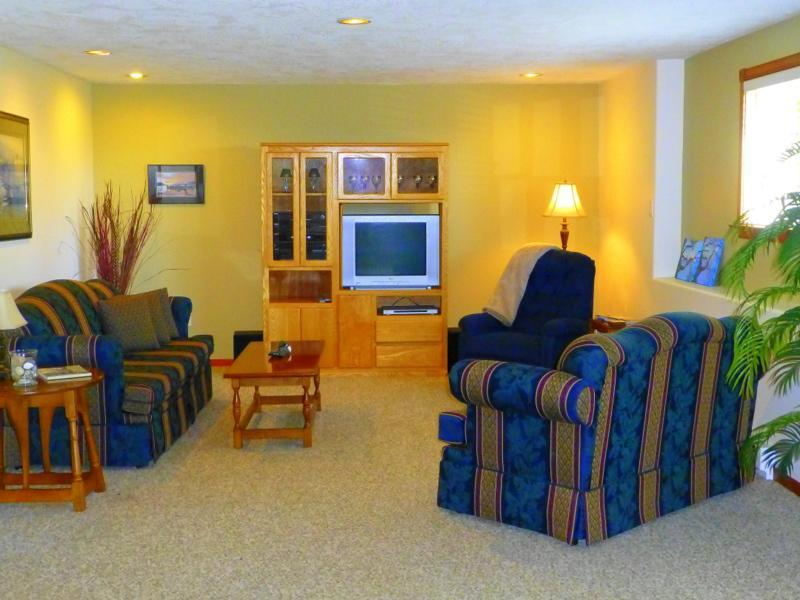 Bright large livingroom - 2 bedroom suite located between Victoria & Sidney - Victoria - rentals