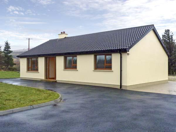 TARA HOUSE, family-friendly holiday cottage, all ground floor, open fire, rural views, in Dungloe, Ref 4541 - Image 1 - Dungloe - rentals