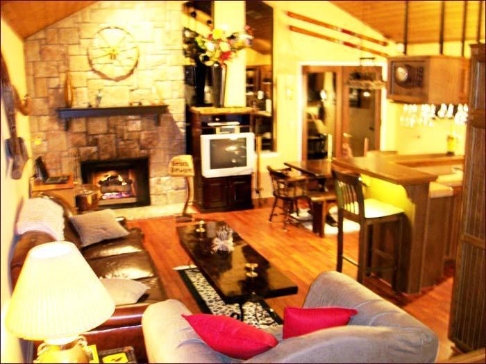 Rennovated. Fireplace, Flat Screen TV, Desk - Big Bear Lakeside Condo Pool/Jacuzzi/JustRenovated - Big Bear Lake - rentals