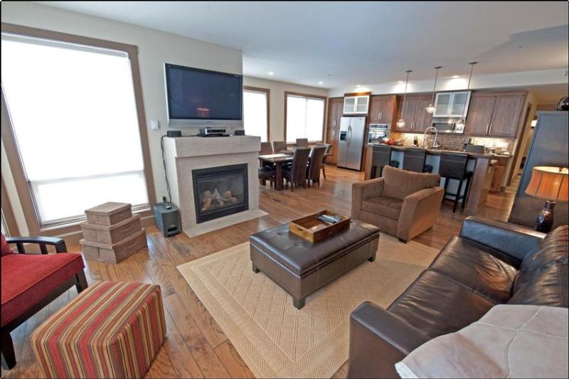 The living room with exposures to the south east is bright and comfortable. - Romanin Winter Wonderland II - Big White - rentals