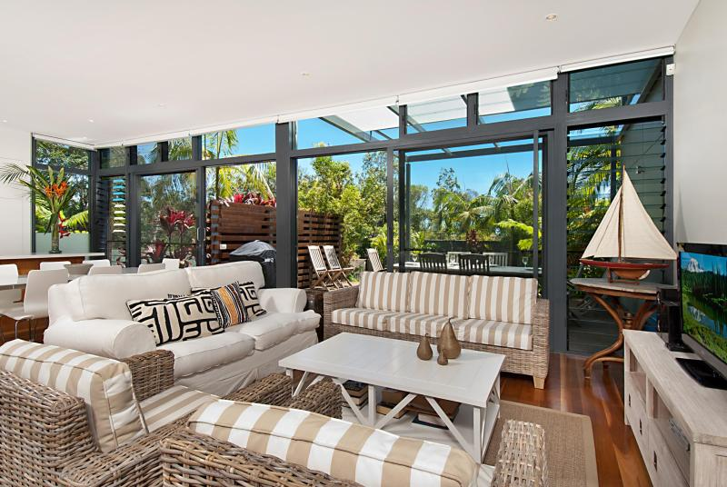 Relaxed beachside living room - Karinya Luxury Beach Villa - Byron Bay - rentals