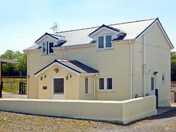 SADDLER'S COTTAGE, family friendly, country holiday cottage, with a garden in Clunderwen, Ref 5396 - Image 1 - Narberth - rentals