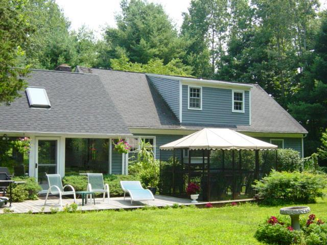 Main house with deck and screen house including lawn chairs and back yard - CT Summer rent,very prvt,4bedm,larg ingrnd. pool. - New Milford - rentals