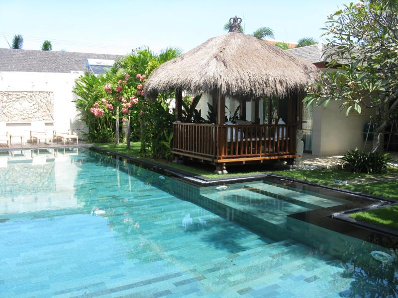 Stunning pool and bale view - Villa Samsara -  BIG sparkling pool! Elegant decor - Canggu - rentals