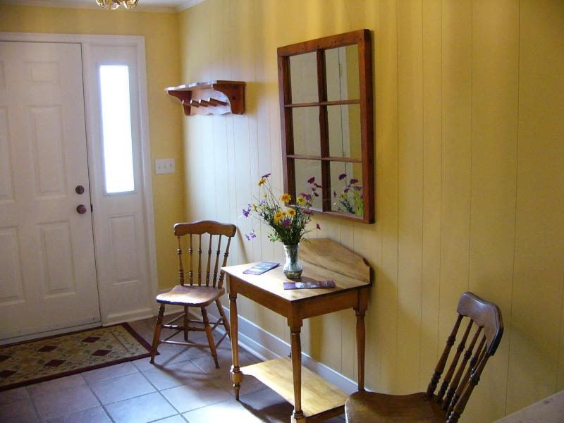 Entrance Hall - Two Bedroom Suite in Old Town Niagara-on-the-Lake - Niagara-on-the-Lake - rentals