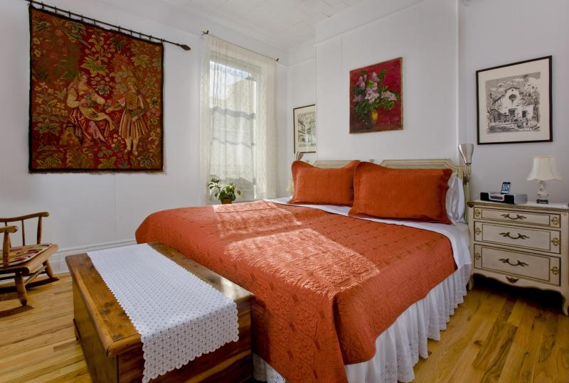 Master Bedroom - king size bed with two twin beds - Secret townhouse 2BR in Greenpoint - Brooklyn - rentals