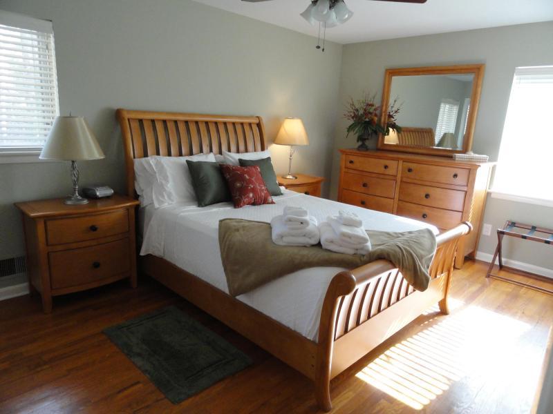 Master Bedroom - Queen - Lovely 3 Bedroom Home, 20 minutes NW of Atlanta - Atlanta - rentals