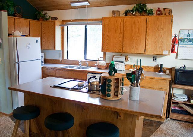 Kitchen - Cozy Sunriver Home with Bikes and Hot Tub Near Restaurants - Sunriver - rentals