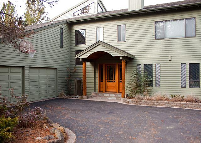 Front View of the home - Golfer's Sunriver Home with Bonus Room and Pet Friendly Near Shopping - Sunriver - rentals