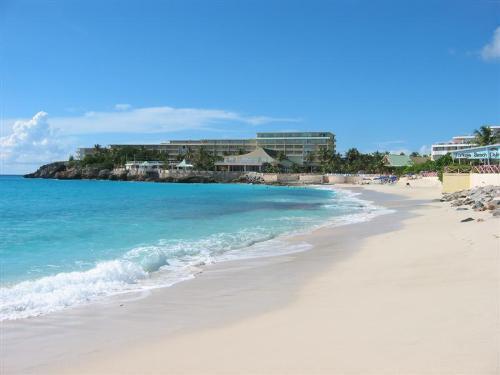 La Plage Penthouse...Royal Islander, Maho, Dutch St. Maarten 800 480 8555 - LA PLAGE PENTHOUSE....3BR top floor suite in the Royal Islander Resort...walk to restaurants, casinos, shopping... - Saint Martin-Sint Maarten - rentals