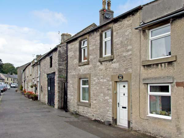 QUEENS COTTAGE, family friendly, luxury holiday cottage, with a garden in Tideswell, Ref 4550 - Image 1 - Tideswell - rentals