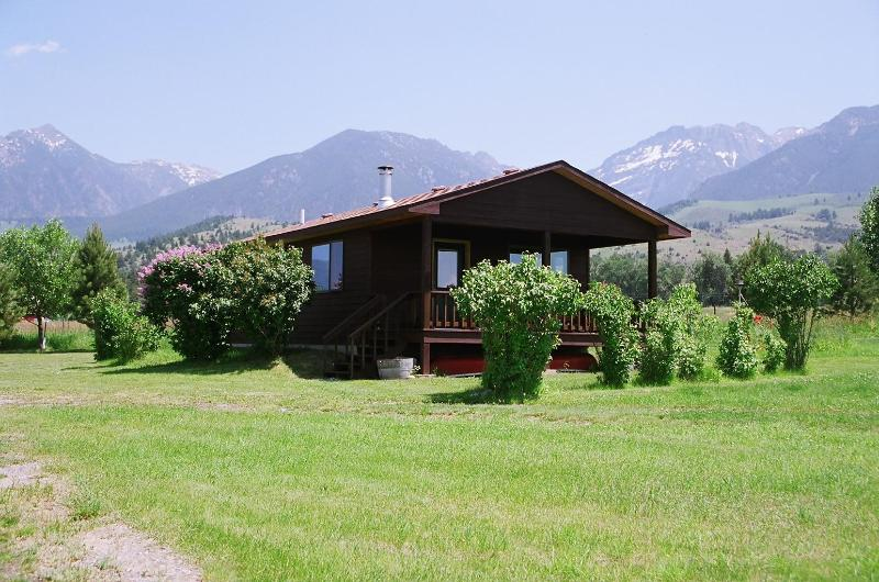 front of cabin - PINE CREEK CABIN LOCATED IN PARADISE VALLEY - Livingston - rentals