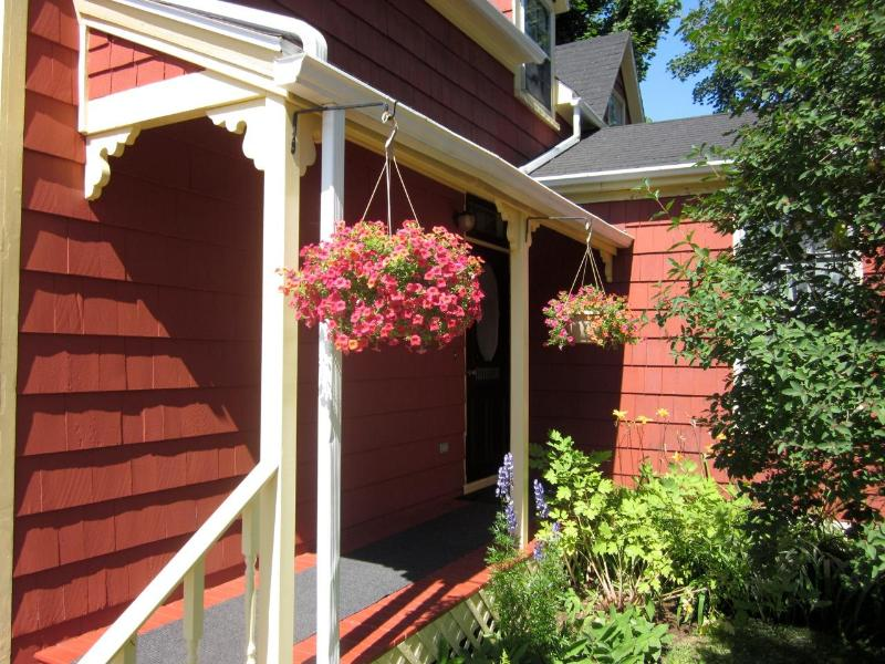 Summer at School Street House - VINTAGE VACATION * DOWNTOWN * NO TAX - Charlottetown - rentals