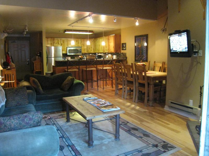 living room and kitchen - Snowblaze #307 minutes walk to ski Park City - Park City - rentals