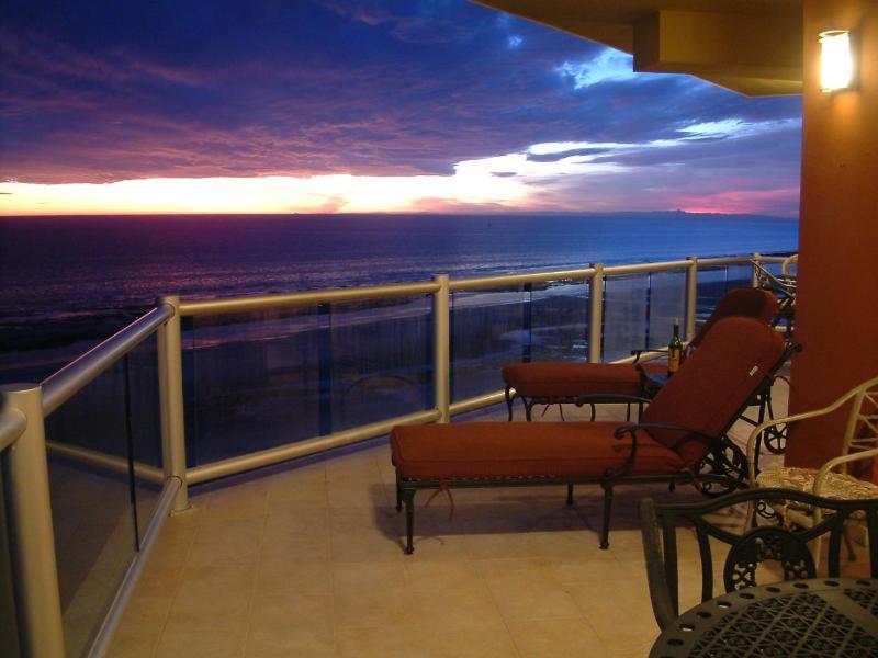 Sunset views--with a glass of Cabernet! - Las Palomas Cristal 708 Luxury End-Wrap 3 BD Condo - Puerto Penasco - rentals