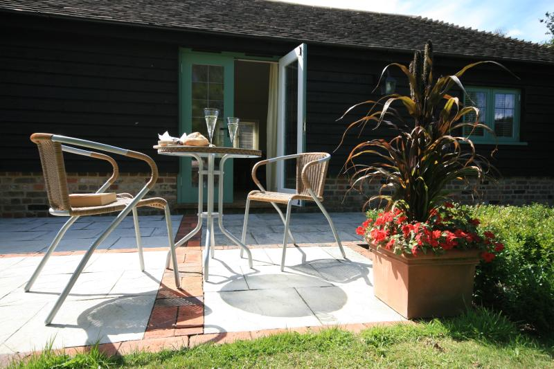 Relax on your private terrace overlooking the garden - The Stables - Canterbury - rentals