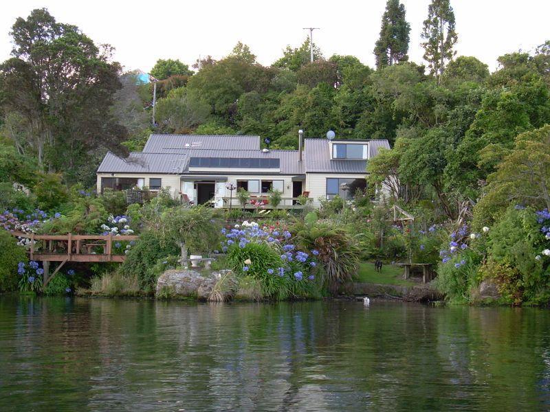 View from the lake - Lake edge luxury, The Willows, Rotorua New Zealand - Rotorua - rentals