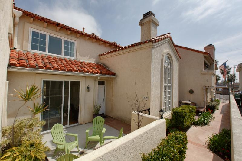Exterior view of our secluded unit: lots of outdoor space and sunshine! - San Diego 3 Bedroom Condo 2 blocks to Beach, Wifi - Pacific Beach - rentals