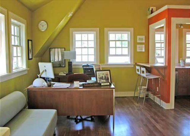 A Bright Writer's Loft Five Blocks from Downtown. Perfect for the Hip Couple! - Image 1 - Bend - rentals
