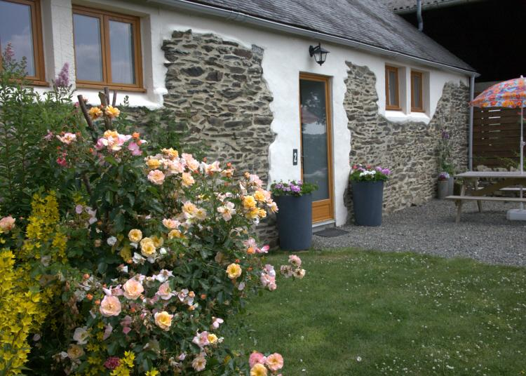 Gite 2 Front, patio overlooking the Douffine valley - Rural Escape, easy access to Western Brittany - Finistere - rentals