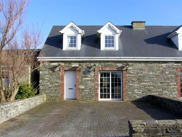 CARRAIG BRIDE, pet friendly, with a garden in Kilkee, County Clare, Ref 4619 - Image 1 - Kilkee - rentals