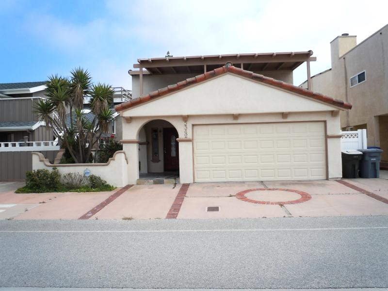 Parking area in garage and front of house - Beautiful Mandalay Beach House - Oxnard - rentals