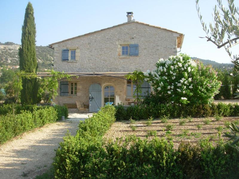 South/front view, early spring - Cozy Cottage in Luberon, large circular pool - Saint-Saturnin-les-Apt - rentals