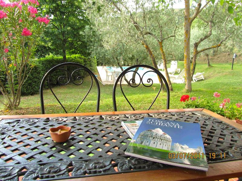 Breakfast table overlooking pool - Tuscany, Casa Serena. Private Pool - for 4 guests - Castiglion Fiorentino - rentals