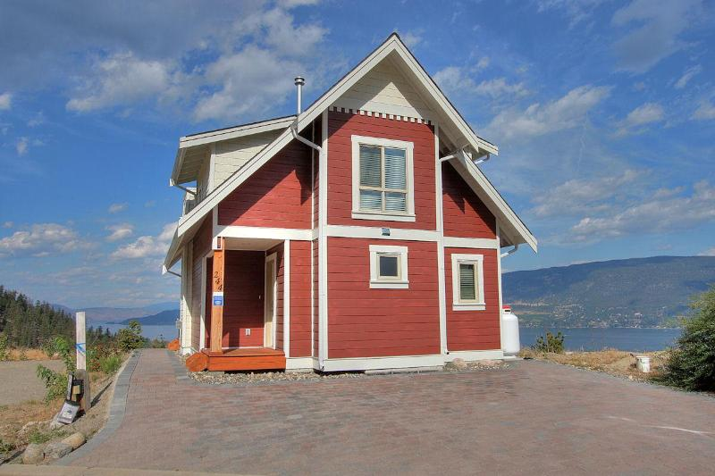 Back of Cottage & Driveway - Paradise Lakeside Cottage Resort - Kelowna - rentals