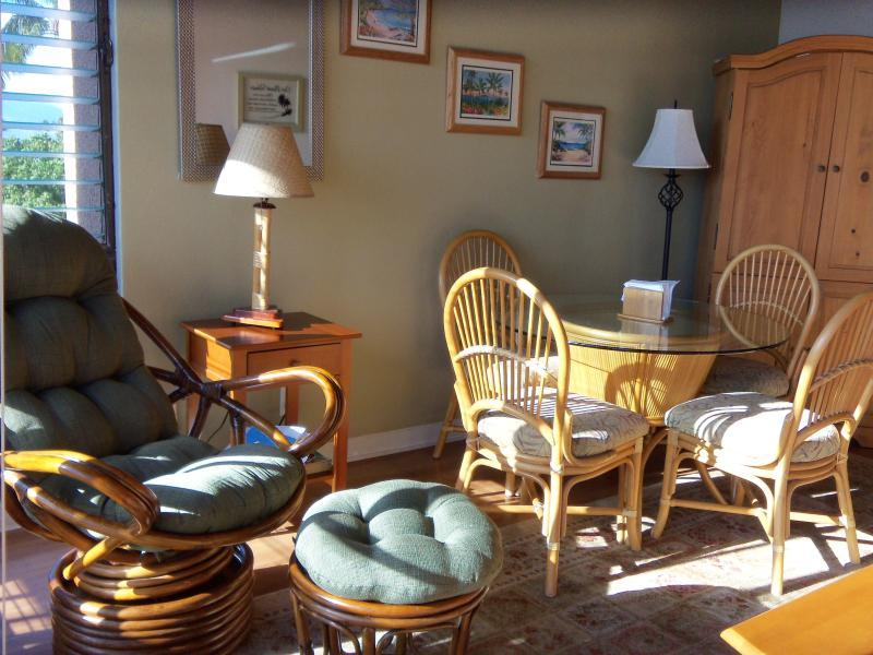 Living/Dining Room: Cable TV, DVD, Stereo w/CD, DVD/CD Library, Books, Wireless Internet - Maui Vista Summer Special: $119/night! - Kihei - rentals