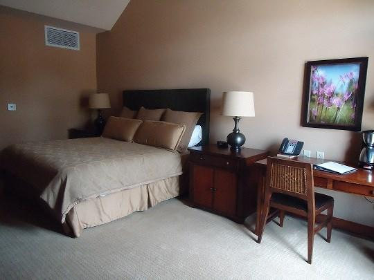 King Bed with luxury linens - Lodge 316- Hotel Room with King Bed and Outdoor Balcony. Sleeps 2. WIFI. Refrigerator. - Tamarack Resort - rentals
