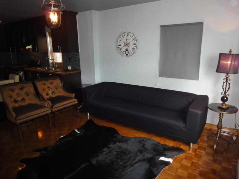 Living Room - Stylish Lakeview Apartment In Downtown With Parking - Toronto - rentals