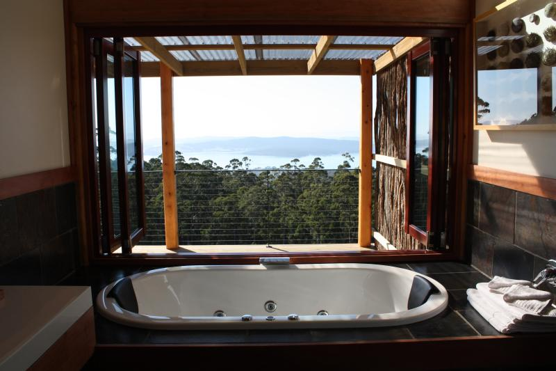 Indulgent double spa with opening windows to fully appreciate the expansive view - Woodbridge Hill Hideaway - Woodbridge - rentals