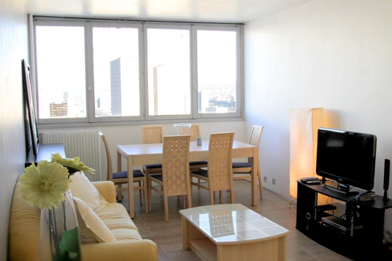 Living Room - Spacious 27th Floor Apartment with an Amazing View - Paris - rentals