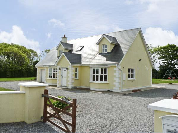 PEBBLE DRIVE COTTAGE, pet friendly, country holiday cottage, with a garden in Duncannon, County Wexford, Ref 4666 - Image 1 - Duncannon - rentals