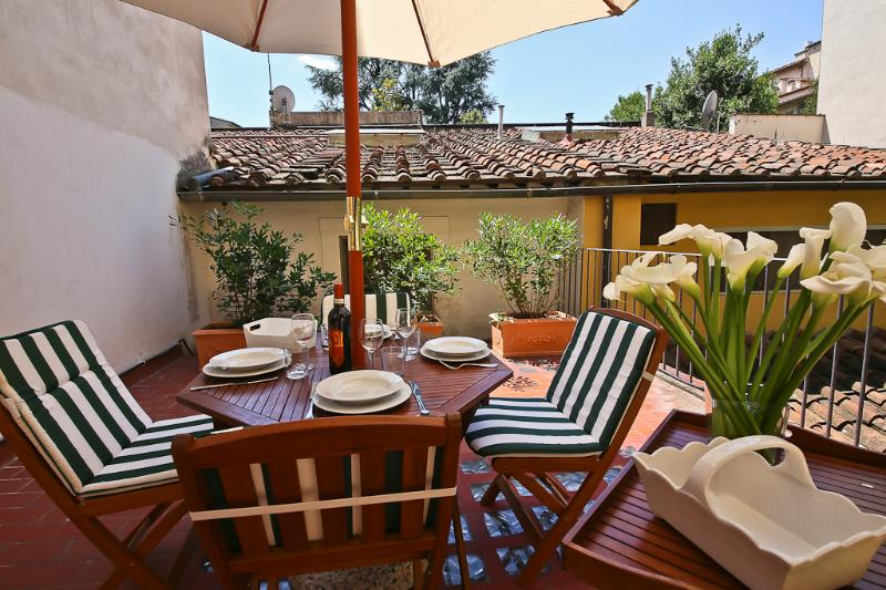 Trainquil 2 Bedroom Apartment with Terrace in Florence - Image 1 - Florence - rentals