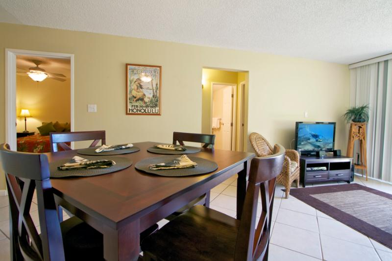 Dining/Living Area - 1 bedroom condo at the beach, $110 + tax per night - Kihei - rentals