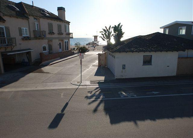Beautiful 4 Bedroom Upper Beach Condo! 1 House from Sand! (68294) - Image 1 - Newport Beach - rentals