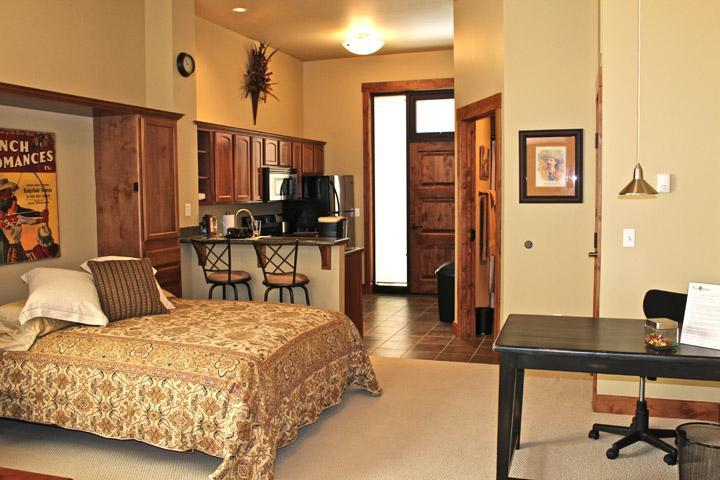 High speed internet, i-pod docking station, and spacious work desk are all ready to go to work. - NICE STUDIO  near Bozeman, I-90 in Big Sky Country! - Manhattan - rentals