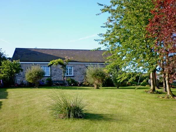 BWTHYN BRYN LLWYN, romantic, country holiday cottage, with a garden in Denbigh, Ref 8662 - Image 1 - Denbigh - rentals