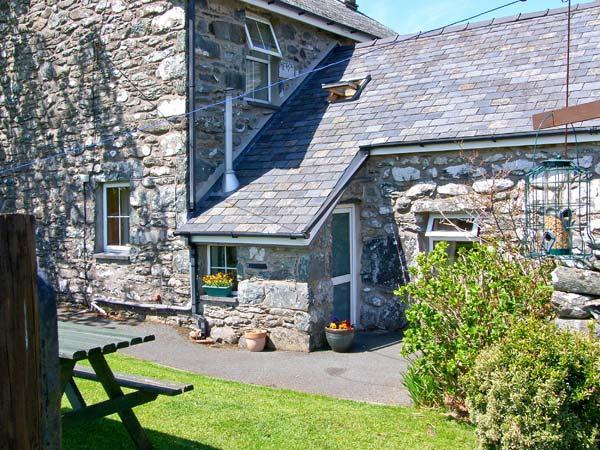 BWTHYN CAERFFYNNON, pet friendly, character holiday cottage, with a garden in Dyffryn Ardudwy, Ref 8693 - Image 1 - Dyffryn Ardudwy - rentals