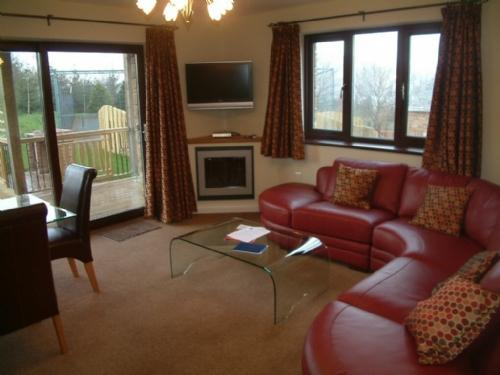 BECKSIDE BUNGALOW Pooley Bridge Holiday Park, Ullswater - Image 1 - Pooley Bridge - rentals