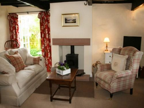 BLACKSMITHS COTTAGE, Pooley Bridge, Ullswater - Image 1 - Pooley Bridge - rentals
