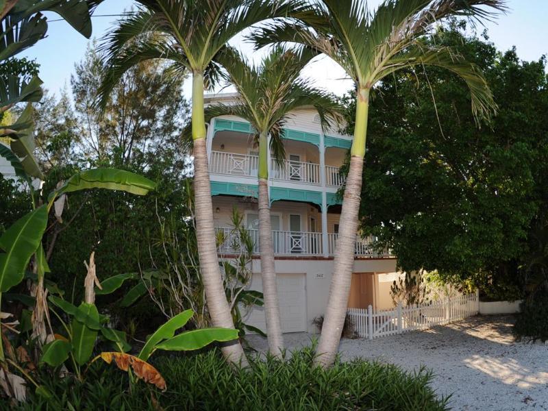 Avenue B (Margarita Shores and Pina Colada Shores) exterior front view. - Ave B Hotel Home-Margarita Shores-Bradenton Beach - Bradenton Beach - rentals