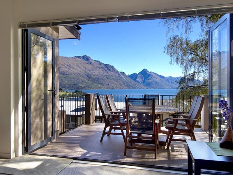 Balcony overlooking lake - 4 Bedroom luxury apartment, 7 min walk to town. - Queenstown - rentals