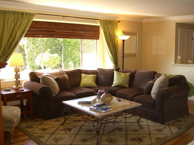 Relaxing spacious living room w/ flat screen tv/dvd/cd/wifi, large sofa, chair w/ ottoman, fireplace - 3 bd 2 ba Lovely Garden House, Anaheim Disney area - Anaheim - rentals