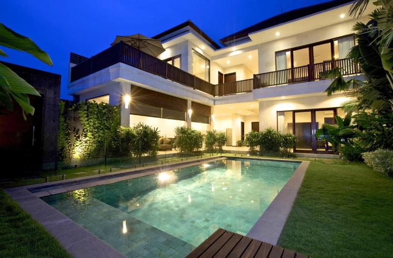 View of Villa and 8.5 x 3.5 mtr private pool with frameless glass pool fence - Villa Echo Padi: 150 mtrs to beach + pool fencing - Canggu - rentals
